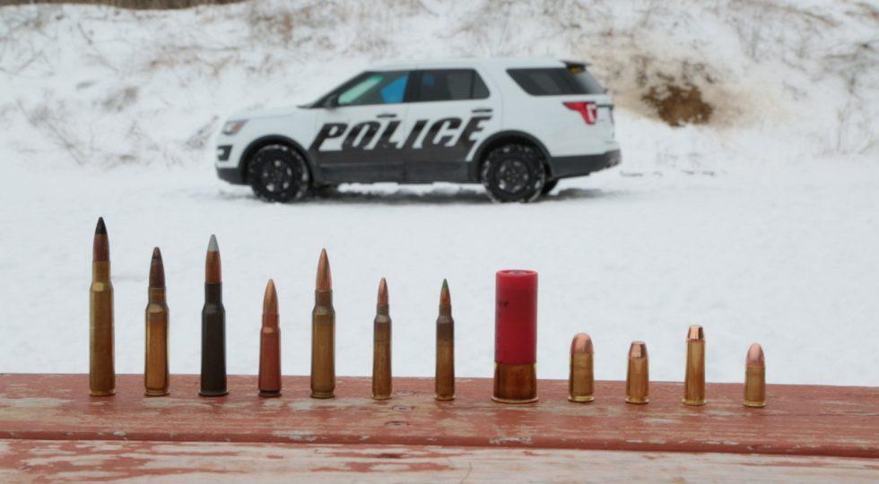 Los Ford blindados de la policía lo aguantan todo