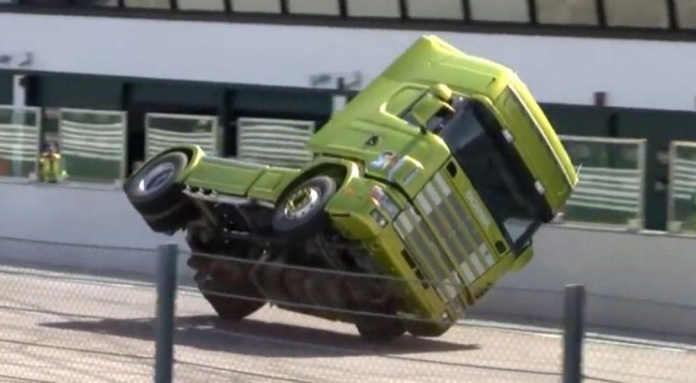 A dos ruedas con una cabeza tractora de 10 toneladas