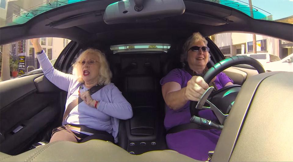 Las abuelas se van de paseo con un Lamborghini Murciélago