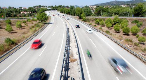 Al adelantar por la derecha, ¿qué conductor recibe la multa?