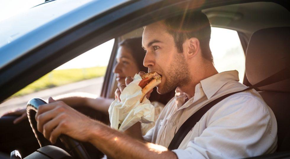 Comer al volante