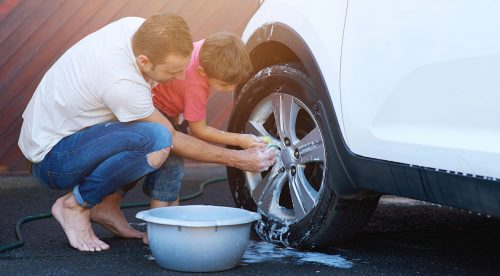 Cómo limpiar el coche con vinagre (y otros 20 trucos caseros)