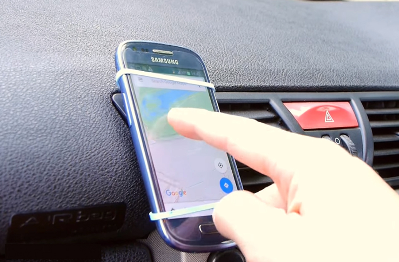 0fd77afcd31 10 formas caseras (y muy pintonas) de llevar el móvil en el coche