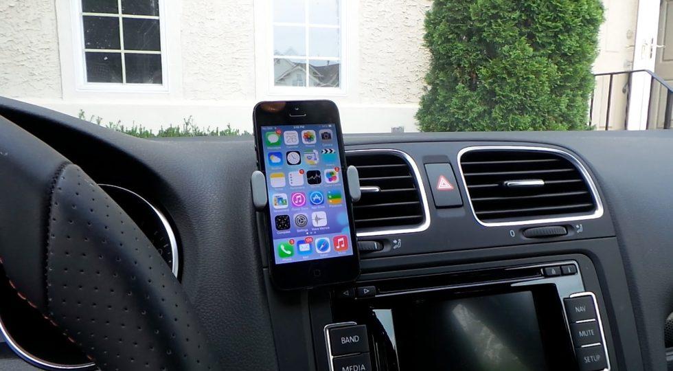 478fc13003f 10 formas caseras (y muy pintonas) de llevar el móvil en el coche