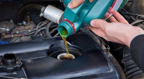 Los cinco líquidos del coche que deberías revisar (y no lo haces)