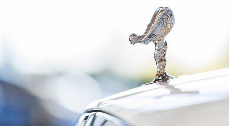 Por qué hay una chica en camisón encima de este Rolls-Royce