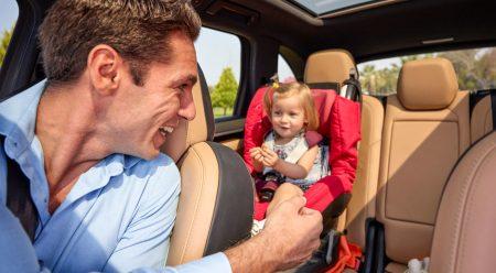 Por qué los niños deberían ir sentados tras el asiento del copiloto