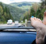 ¿Te multan si llevas los pies en el salpicadero? (7 posturas peligrosas)