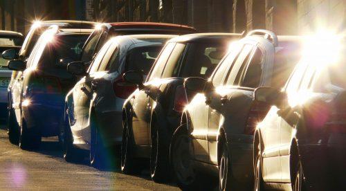 ¿Pueden multarte por aparcar demasiado cerca de otro coche?