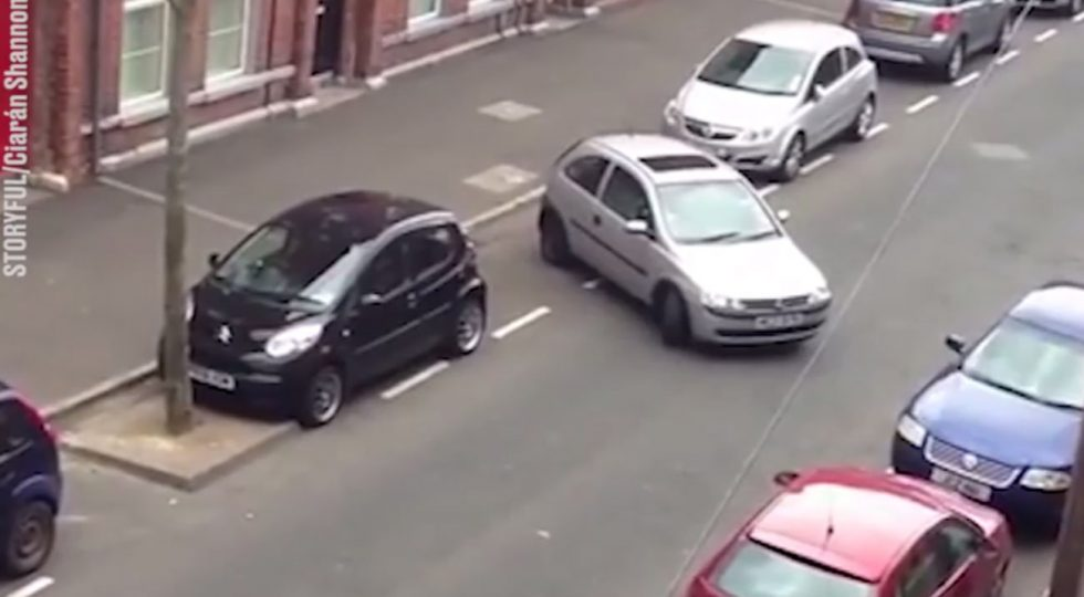El peor aparcamiento de la historia: 20 minutos de maniobras (y aplausos finales)