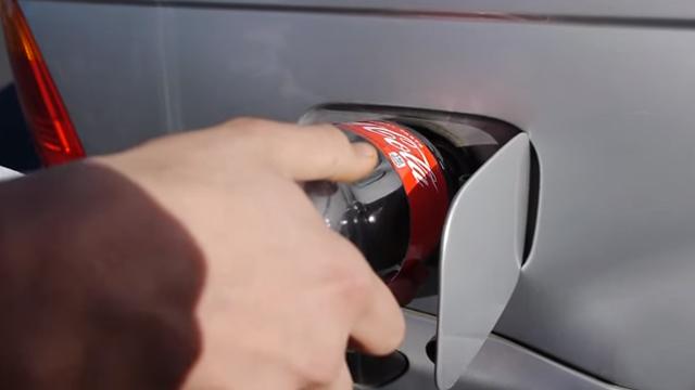 Esto le pasa a tu coche si mezclas Coca-Cola con gasolina
