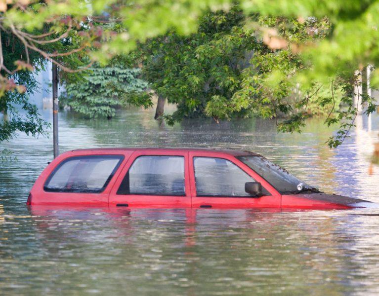 Qué debes hacer para salir de un coche que se hunde en el agua
