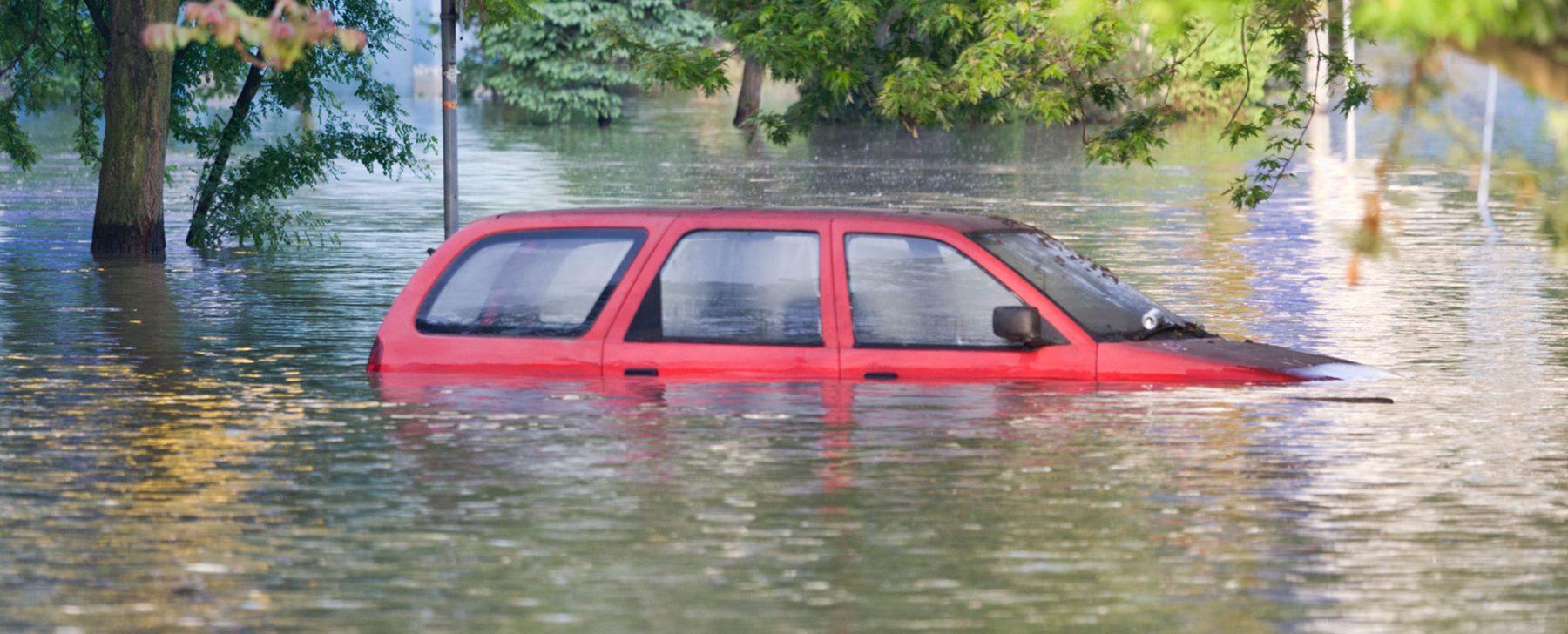 coche hundido en agua