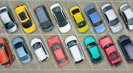 ¿Pagas más seguro por un coche rojo? Mitos y verdades sobre los colores