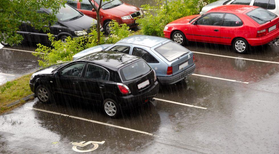 Por qué deberías dar un golpe al capó antes de arrancar el coche
