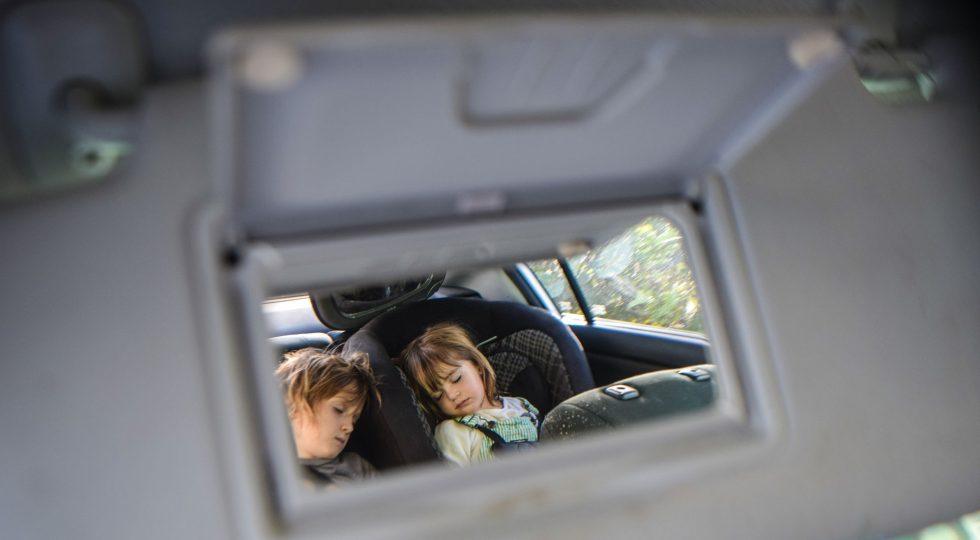 dispositivos para niños en coche