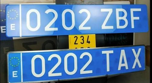 ¿Qué significan las matrículas azules que llevan ahora algunos coches?