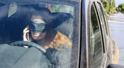 La nueva moda es conducir a ciegas (y otras conductas temerarias)