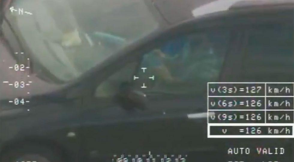 La DGT descubre a un conductor haciendo el cubo de Rubik
