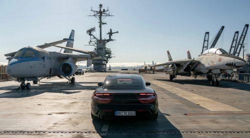 El Porsche Taycan pone a prueba su aceleración en un portaaviones