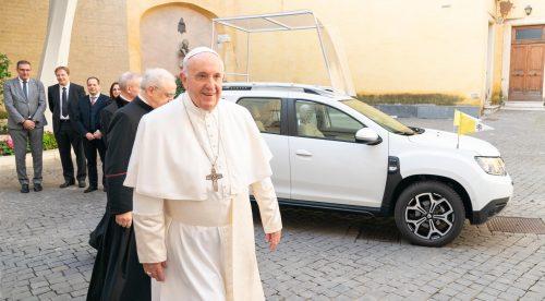 Dacia convierte en Papamóvil su SUV superventas