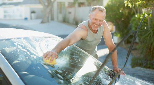 ¿Puedes lavar el coche en la calle? (siete multas que quizá no conozcas)