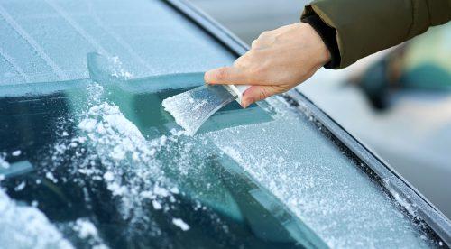 Cómo eliminar el hielo del parabrisas rápidamente y sin dañarlo