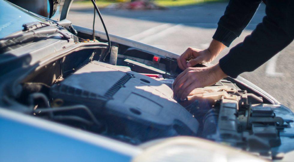 Calentar el coche durante unos minutos y otras seis falsas creencias