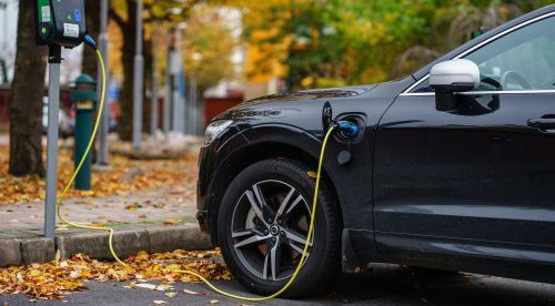 Los coches eléctricos aceleran mientras los demás frenan