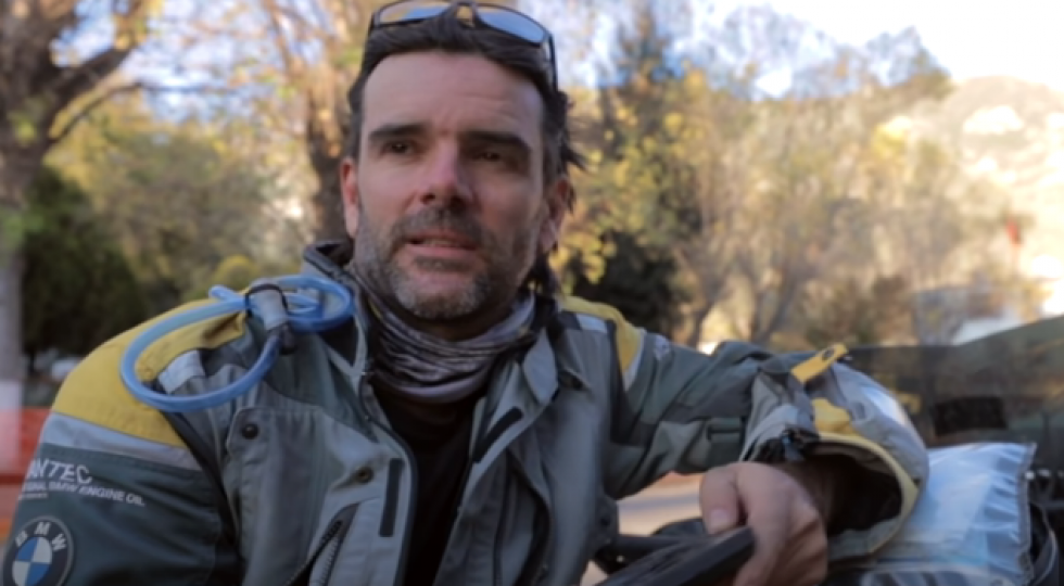 Una moto de 300 kilos cae sobre Charly Sinewan: fin del viaje
