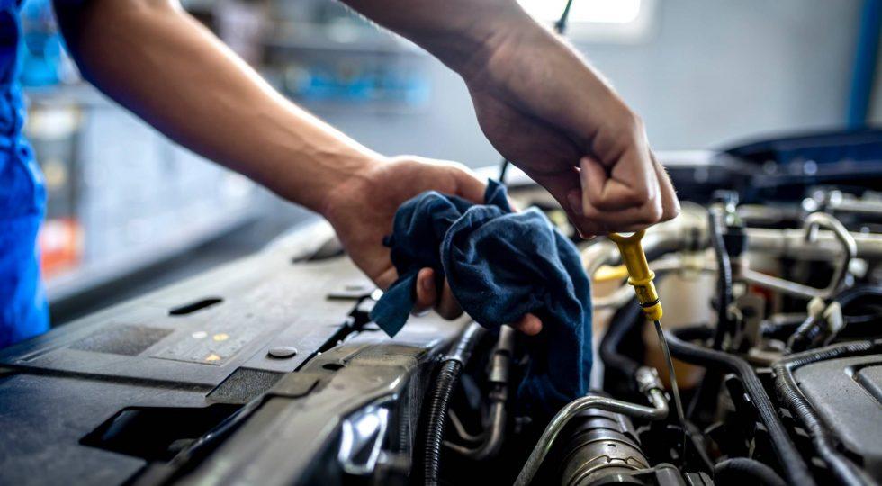 Por qué no se debe tirar el aceite usado del coche