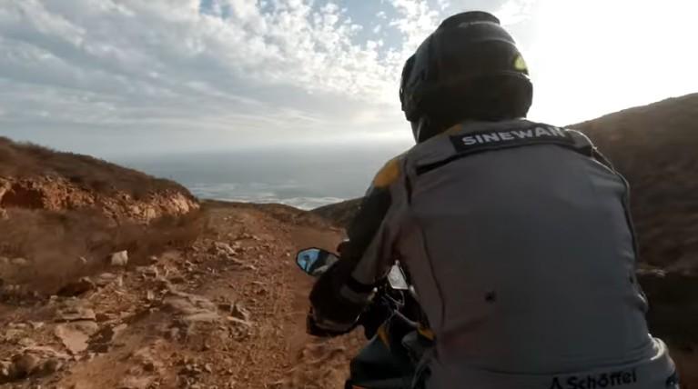 Charly Sinewan sube a la moto para seguir con su vuelta al mundo