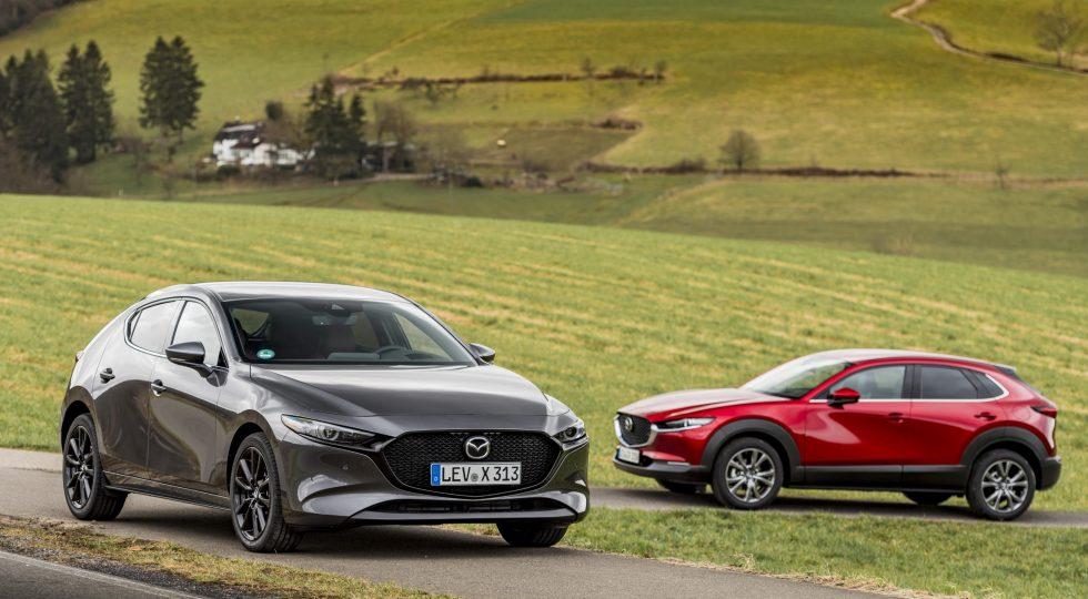 El compacto Mazda 3 e-Skyactiv X (color gris) se vende desde 27.645 euros, y el SUV CX-30 (rojo) a partir de 32.075.