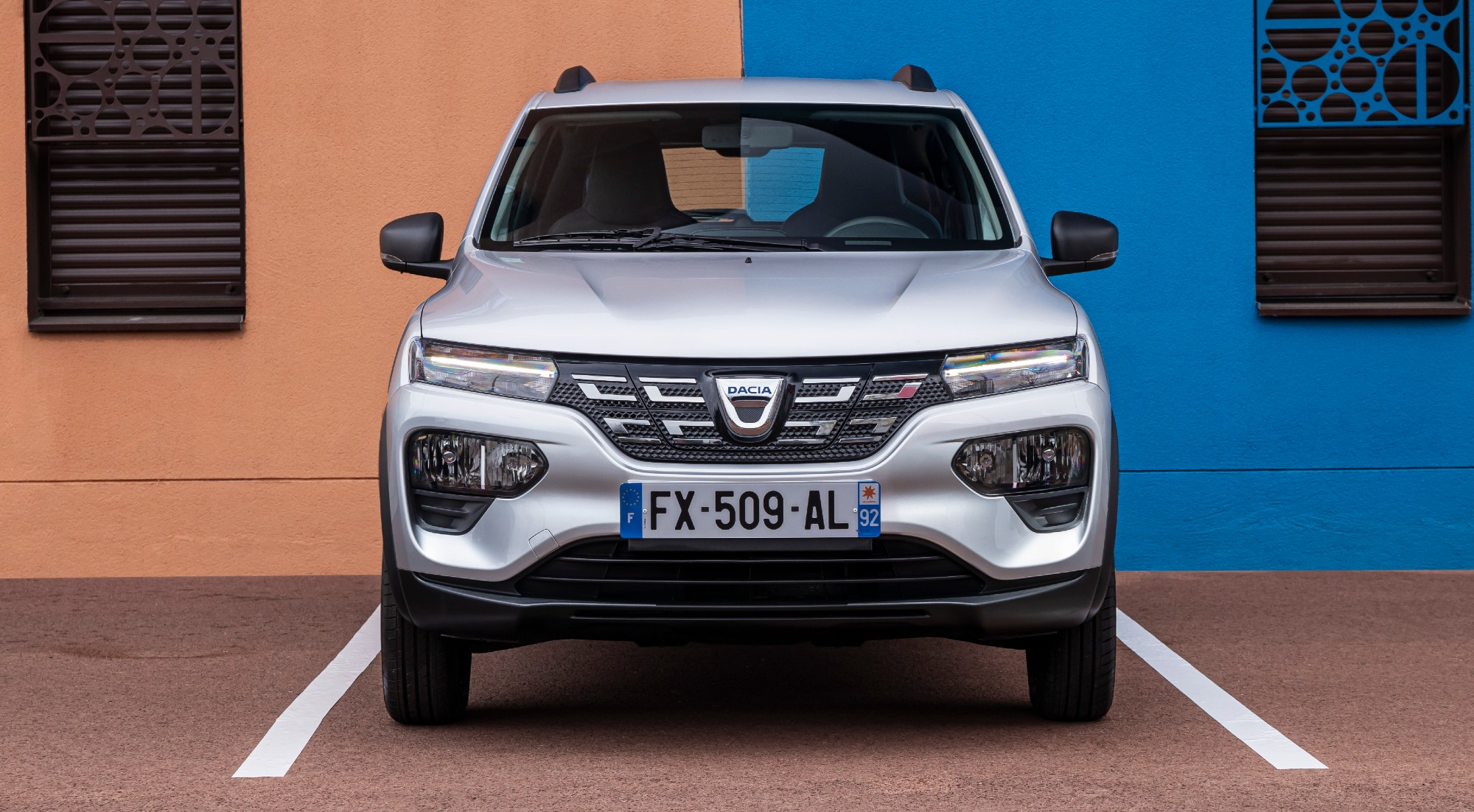 La austeridad práctica del Dacia Spring, en imágenes