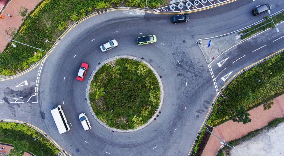 ¿Quién tiene la culpa en un accidente de tráfico en una rotonda?