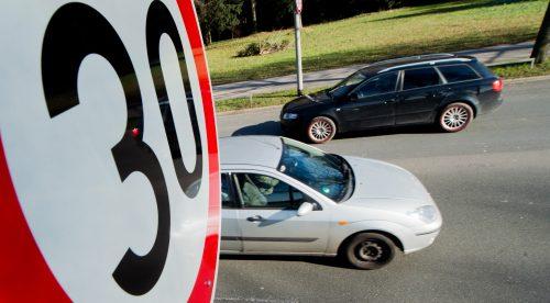 ¿Habrá más multas y bajará el seguro del coche circulando a 30 por hora?