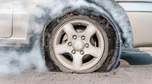 Cómo reaccionar si se produce un reventón en una rueda del coche