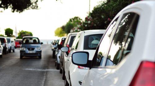 ¿Está permitido aparcar en sentido contrario en la ciudad?