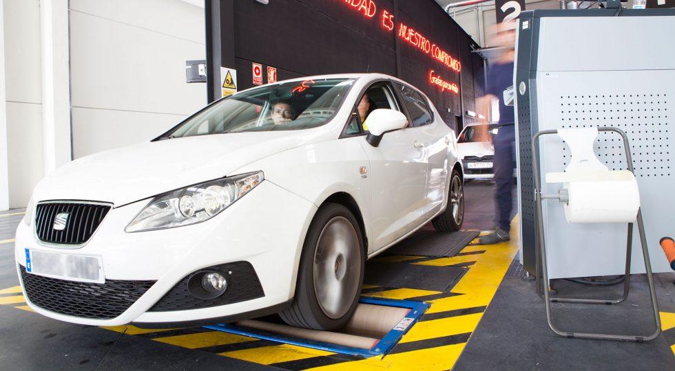 Un coche en la línea de inspección de la ITV.