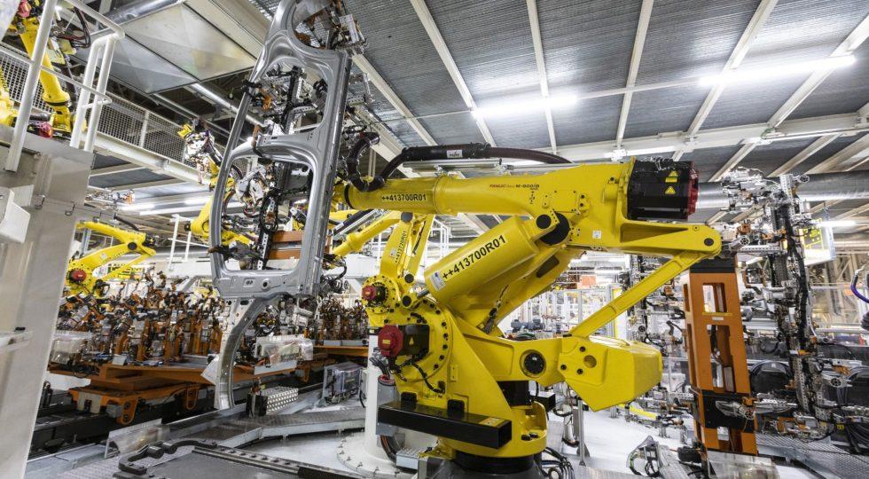 La máquina maneja partes de la estructura interna que dan forma a la carrocería.