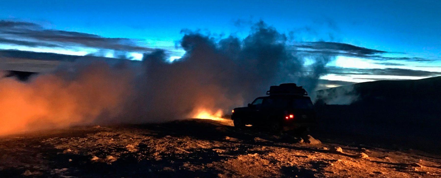 Un coche, junto a unos vapores volcánicos.