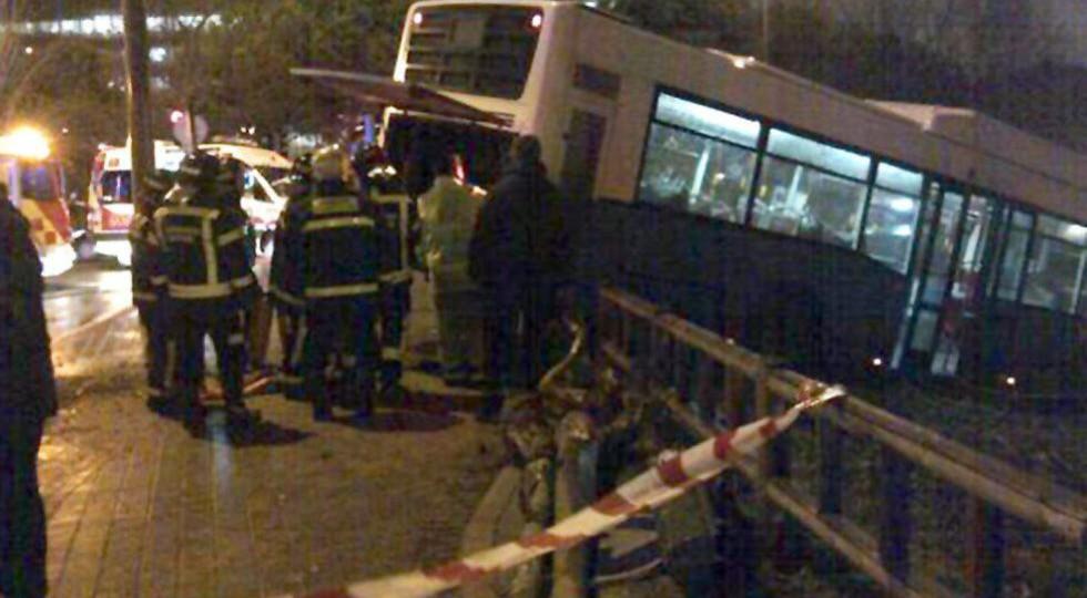 Cuatro heridos leves al salirse un autobús de la vía en Madrid