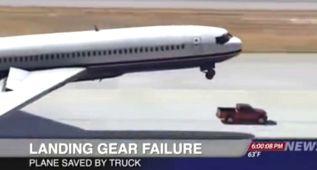 Un Nissan Frontier ayuda a aterrizar a un avión