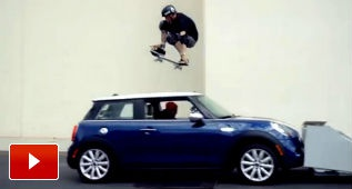 Tony Hawk salta un Mini Cooper
