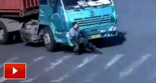 Le pasa por encima un camión ¡y se levanta sin un rasguño!