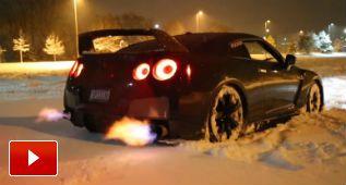 Llega la navidad: copos de nieve y llamas con un Nissan GT-R