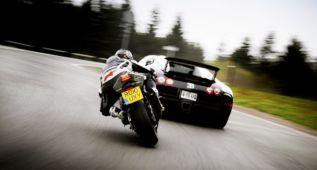 La mejor moto contra el mejor coche, hagan sus apuestas